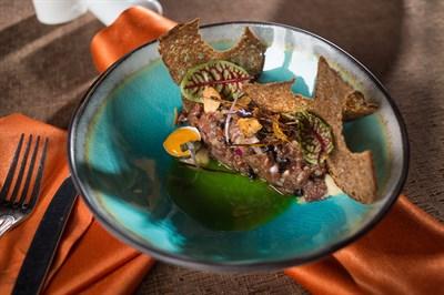 Тартар из телятины с трюфельным маслом и копченым черносливом