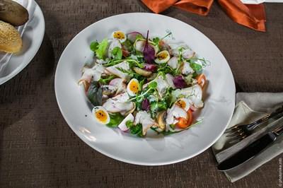 Салат с копченой индейкой и перепелиным яйцом
