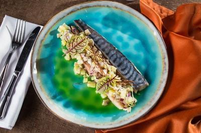Копченая скумбрия с тартаром из груздей