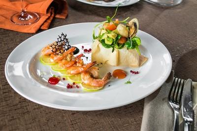 Морские жители, тайский соус, авокадо, зеленый микс.