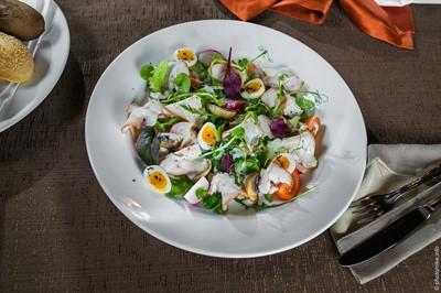 Индейка собственного копчения, перепелиное яйцо, томаты черри.